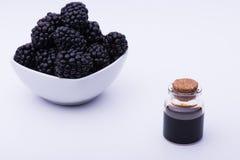 Blackberry und Flasche lizenzfreie stockfotos