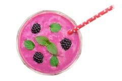 Blackberry-yoghurt of smoothie met muntbladeren op witte achtergrond worden geïsoleerd die Hoogste mening Het gezonde Eten Stock Afbeeldingen