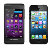 Blackberry Z10 e iPhone5 Imagenes de archivo