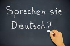 blackboard chalkboard klasy pojęcia deutch robi niemieckiemu ręki języka uczenie pokazywać sie mówi sprechen pisać ty nauczyciela Obraz Royalty Free