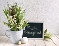 Blackboard dekorujący z lelują dolina kwiaty i jajka, t fotografia royalty free
