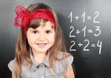 blackboard dziewczyny uczenie matematyki blisko Fotografia Stock