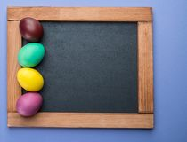 Blackboard i kolorowi Wielkanocni jajka wokoło go na widok obrazy royalty free