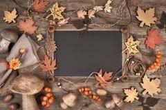Blackboard obramiający z jesieni dekoracjami na drewnie, przestrzeń fotografia stock