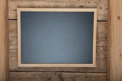 Blackboard på träbakgrund Arkivbild
