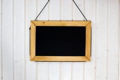 Blackboard på väggen Vit trävägg med det svarta brädet på det Royaltyfria Foton