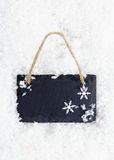 Blackboard på snow med snowflakes Arkivfoton