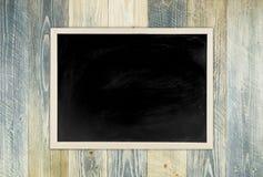 Blackboard z drewnianą ramą, blackboard na starym drewnianym tle Fotografia Royalty Free