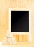 Blackboard z drewnianym sześcianem w drewnianym pokoju, Wyśmiewa up dla dodawać twój Fotografia Royalty Free