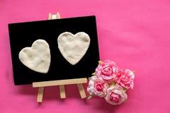 Blackboard z miłości sercem na różowym tle i kopia interliniujemy, miłości ikona, Szczęśliwy walentynka dzień zdjęcie stock