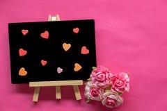 Blackboard z miłości sercem na różowym tle i kopia interliniujemy, miłości ikona, Szczęśliwy walentynka dzień obrazy royalty free