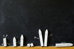 Blackboard z powrotem i kreda szkoła abstrakta tło zdjęcie royalty free