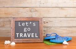 blackboard z tekstem & x22; Let& x27; s iść Travel& x22; , seashells na brown drewnianym tle fotografia royalty free