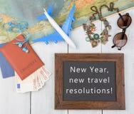 blackboard z tekstem &-x22; Nowy Rok, nowi podróży postanowienia! &-x22; , samolot, mapa, paszport, pieniądze, okulary przeciwsło zdjęcie royalty free