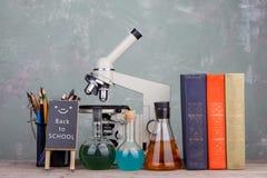 blackboard z tekstem & x22; Popiera school& x22; , książki, stationety, i mikroskop obrazy stock