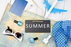 blackboard z tekstem & x22; SUMMER& x22; , samolot, mapa, paszport, pieniądze, klapy i inni akcesoria, obrazy stock