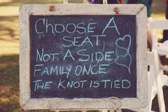 Blackboard zawiadomienie Dla rodziny Przy ślubem zdjęcie royalty free