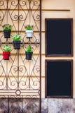 Blackboards blisko wejścia kawiarnia dekorują z kwiatami Fotografia Royalty Free