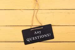 Blackboards z inskrypcją «ŻADNY pytania? « obrazy stock