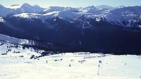 Blackcomb山和滑雪者英尺长度沿着走小山的在一好日子 股票视频
