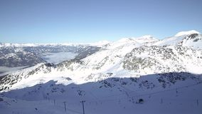 Blackcomb山和滑雪者英尺长度沿着走小山的在一好日子 股票录像