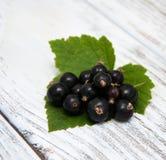 Blackcurrant op de houten lijst Stock Afbeelding