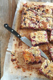 Blackcurrant and raspberry crumble cake Royalty Free Stock Photos