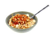 Blackeye在米灰色碗匙子角度的豌豆调味汁在白色 免版税库存照片