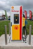 Blackfen Kent/Förenade kungariket - April 4th 2019: Elektrisk medeluppladdningsstation på den Shell servicestationen royaltyfria bilder