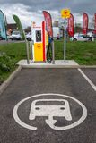 Blackfen, Kent/Reino Unido - 4 de abril de 2019: Estação de carregamento do veículo elétrico na estação do serviço de Shell fotos de stock royalty free