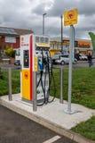 Blackfen, Risonanza/Regno Unito - 4 aprile 2019: Stazione di carico del veicolo elettrico al distributore di benzina di Shell fotografia stock libera da diritti