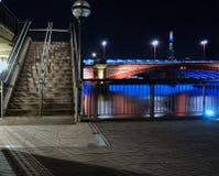Blackfiars-Brücke. Die Scherbe im Abstand. Nachtzeit lizenzfreie stockfotos