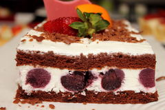 Blackforest chokladkaka med körsbär i den. Fotografering för Bildbyråer