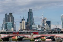 Blackfriars桥梁和摩天大楼 免版税库存照片