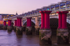 Blackfriars紫色柱子 免版税库存图片