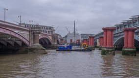 Blackfriars bro över flodThemsen royaltyfri bild