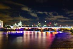 Blackfriars bro på natten Arkivbild