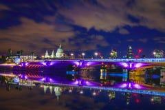 Blackfriars bro på natten, London Royaltyfri Foto