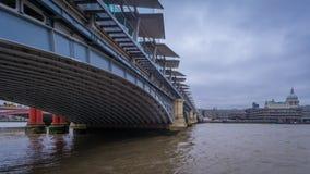 Blackfriars bro som ser in mot domkyrkan för St Paul ` s, London Arkivbilder