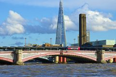 Blackfriarsbrug en een Scherf op de achtergrond, Londen Stock Foto's
