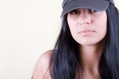 Blackhair Frauen in der Sportschutzkappe Stockbild
