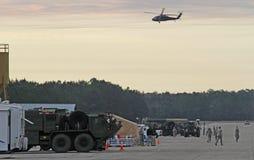 Blackhawk-Hubschrauber über militärischer Einrichtung Stockbild