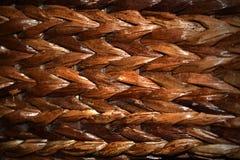 Blackish brun väv i en korg arkivfoton