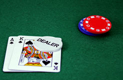 blackjack χέρι s εμπόρων χαρτοπαικτ&iota στοκ φωτογραφίες