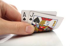 Blackjack. Menschliche Hand mit Blackjackkarten Stockfotografie