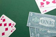 Blackjackcombinaties speelkaarten op groen gevoeld en geld Stock Foto