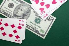 Blackjackcombinaties speelkaarten op groen gevoeld en geld Stock Fotografie
