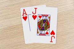 Blackjackkasino, das Schürhakenkarten spielt stockbild
