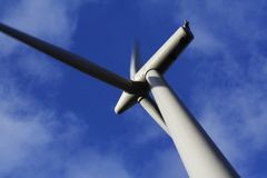 blacklaw接近的颜色涡轮视图windfarm 免版税库存照片