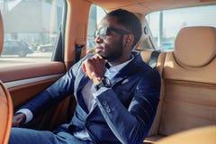 Blackman in een kostuum in de auto royalty-vrije stock fotografie
